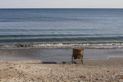 Gammal stol på sjösidan Royaltyfria Bilder