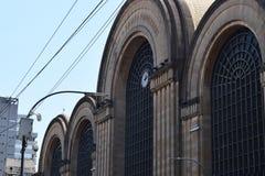 Gammal stor byggnad i staden Royaltyfria Bilder