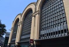 Gammal stor byggnad i staden Royaltyfri Foto