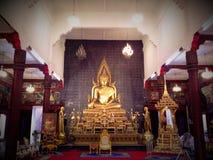 Gammal stor härlig Buddha i thailändsk tempel Royaltyfria Bilder