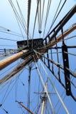 Gammal stor riggning och mast för seglingskepp Arkivbild