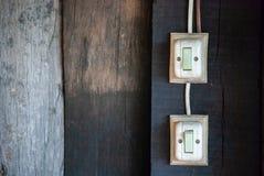 Gammal strömbrytare på väggen arkivbild