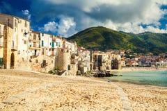 Gammal strand av Cefalu, Sicilien Arkivfoto