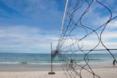Gammal strandvolleyboll förtjänar med molnig himmel på Koh Samet Royaltyfri Fotografi
