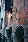 Gammal Streetlamp på skymning i Venedig, Italien Royaltyfria Bilder