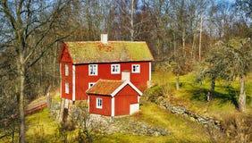 Gammal stuga i ett sommarlandskap Fotografering för Bildbyråer