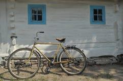 Gammal stuga i Ukraina Royaltyfria Bilder
