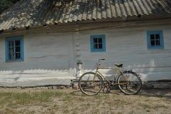 Gammal stuga i Ukraina Royaltyfri Fotografi