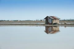 Gammal stuga på den salta lantgården för hav Royaltyfri Foto