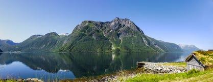 Gammal stuga på en fjord fotografering för bildbyråer