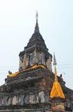 Gammal stupa nära en buddistisk kloster, Laos arkivbild