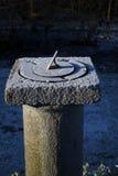 gammal sundial för kall frostig morgon royaltyfria foton