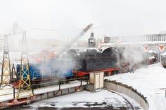 Gammal svart ångalokomotiv i Ryssland Arkivfoto