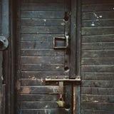 Gammal svart dörr Arkivfoto