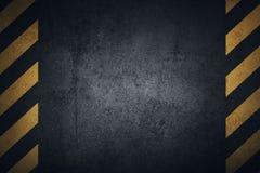 Gammal svart grungy yttersida för metallplatta med gula varningsband Arkivfoton