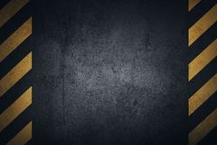 Gammal svart grungy yttersida för metallplatta med gula varningsband Royaltyfria Foton