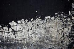 Gammal svart målarfärgtextur som av skalar betongväggen Arkivfoton