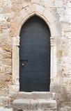 Gammal svart medeltida dörr med glidningsdörrbulten Arkivbilder