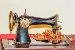 Gammal svart symaskin för antikvitet- eller tappningsamlare Royaltyfri Foto