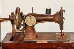 Gammal svart symaskin för antikvitet- eller tappningsamlare Royaltyfria Bilder