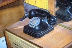 gammal svart tappningtelefon Fotografering för Bildbyråer
