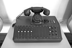 Gammal svart visartavlatelefon Gammalt telefonsystem, PBX, från GDR-tider Nostalgi, arkivfoto