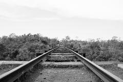 Gammal svartvit stångdrevväg arkivfoton