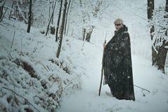 Gammal synade mannen i en skog med snö Royaltyfri Foto