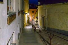 Gammal Tallinn gata på natten royaltyfri foto