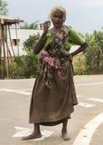 Gammal tamilkvinna på vägen Arkivbilder
