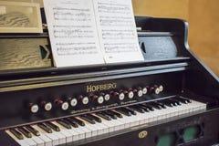 Gammal tangentbordmusikinstrumentharmonium, Slott-museum stad av Nesvizh Vitryssland 30 Juni 2018 arkivbild