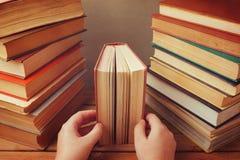 Gammal tappning bokar på trä bordlägger Läsa många bokbegrepp royaltyfri bild