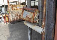 Gammal tappning rostad metallbrevlåda och tidningsask royaltyfri fotografi