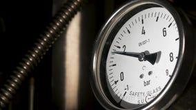 Gammal tappningbarometer med baserat Exakt instrument för manometer i laboratoriumet, slut upp Industriell barometer, slut upp stock video