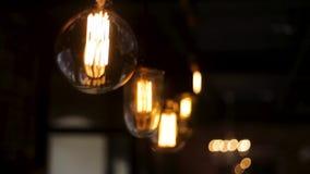 Gammal tappningbelysning i det mörka rummet gem Ljus kula för tappning Dekorativa antika kulor för volfram för edison stilljus stock video