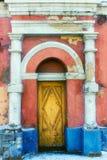 Gammal tappningdörr med kolonner på båda sidor arkivbilder