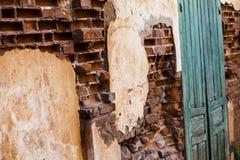Gammal tappningdörr på den gamla tegelstenväggen Vit bakgrund Arkivfoto