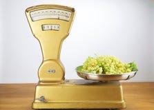 Gammal tappningjämvikt med två kg av muscatdruvor Fotografering för Bildbyråer