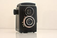 Gammal tappningkamera som har varit med vit bakgrund arkivbild