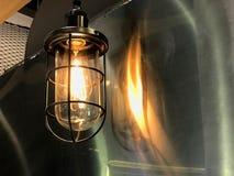 Gammal tappninglampa som hänger på väggen Royaltyfria Bilder