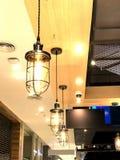 Gammal tappninglampa som hänger på väggen Royaltyfri Fotografi