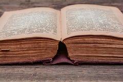 Gammal tappningRyss-tysk ordbok 1948 år av frigöraren Arkivfoto
