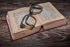 Gammal tappningRyss-tysk ordbok 1948 år av frigöraren Arkivfoton