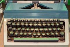 Gammal tappningskrivmaskin med den Cyrillic stilsorten Royaltyfri Foto