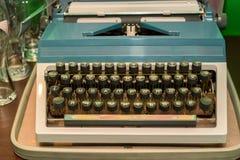 Gammal tappningskrivmaskin med den Cyrillic stilsorten Arkivbild
