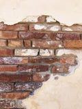 Gammal tegelsten- & murbrukvägg Arkivfoton
