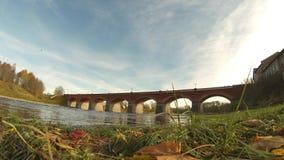 Gammal tegelstenbro över floden Venta i staden av den Kuldiga Lettland timelapsevideoen lager videofilmer