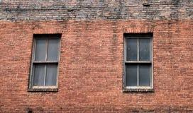 Gammal tegelstenbyggnad med fönster Royaltyfria Bilder