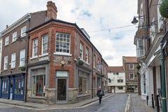Gammal tegelstenbyggnad på hörnet av den Swinegate gatan i historiskt område av staden av York, England, UK arkivfoto