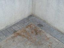 Gammal tegelstenstenvägg till golvet Royaltyfria Bilder